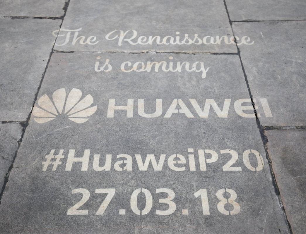 Publicidad del Huawei P20 aparece frente a las tiendas de Samsung y Apple